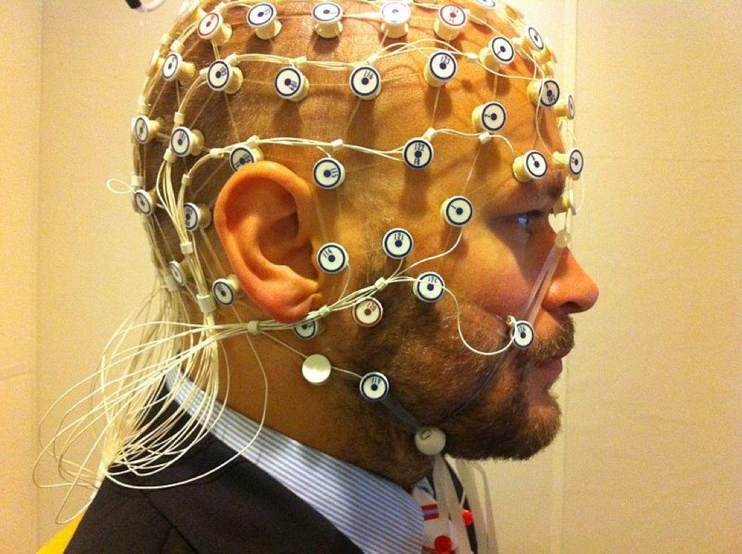 85singo_800px-EEG_recording