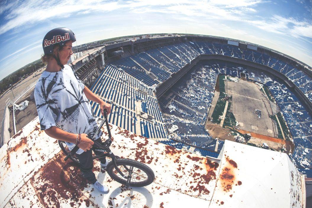廃墟化したスタジアムで撮影された「BMXムービー」。実はライダーにとって思い出の場所だった・・・