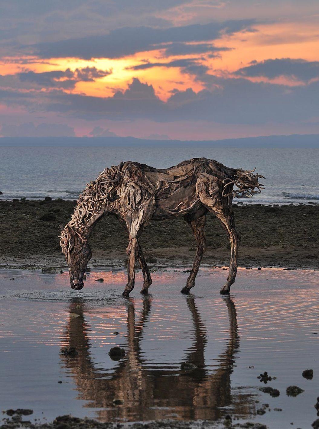 85singo_galloping-driftwood-horse-sculptures-jame-doran-webb-2