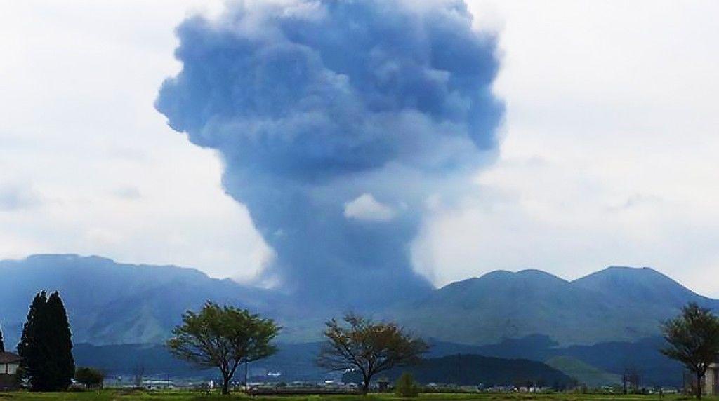 CO0zJH1U8AAYg2iaso-mt-eruption150913-01