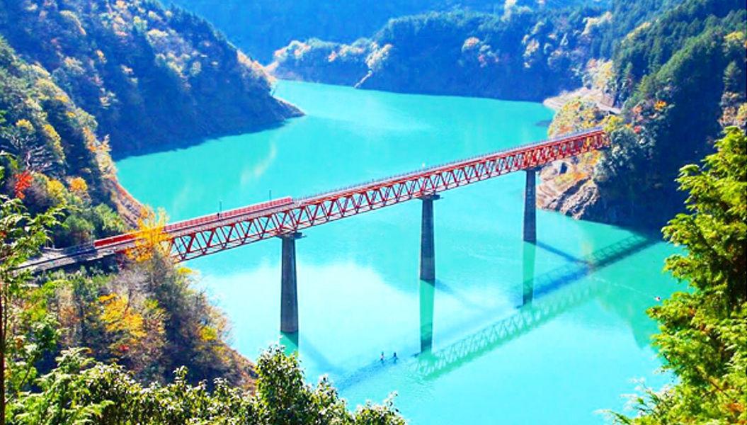 静岡県の山奥。湖の上にある「秘境駅」が、まるで海外みたい・・・