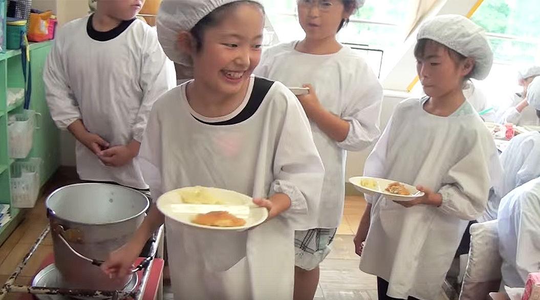 再生回数700万超!?日本の「給食」に、世界からオドロキの声
