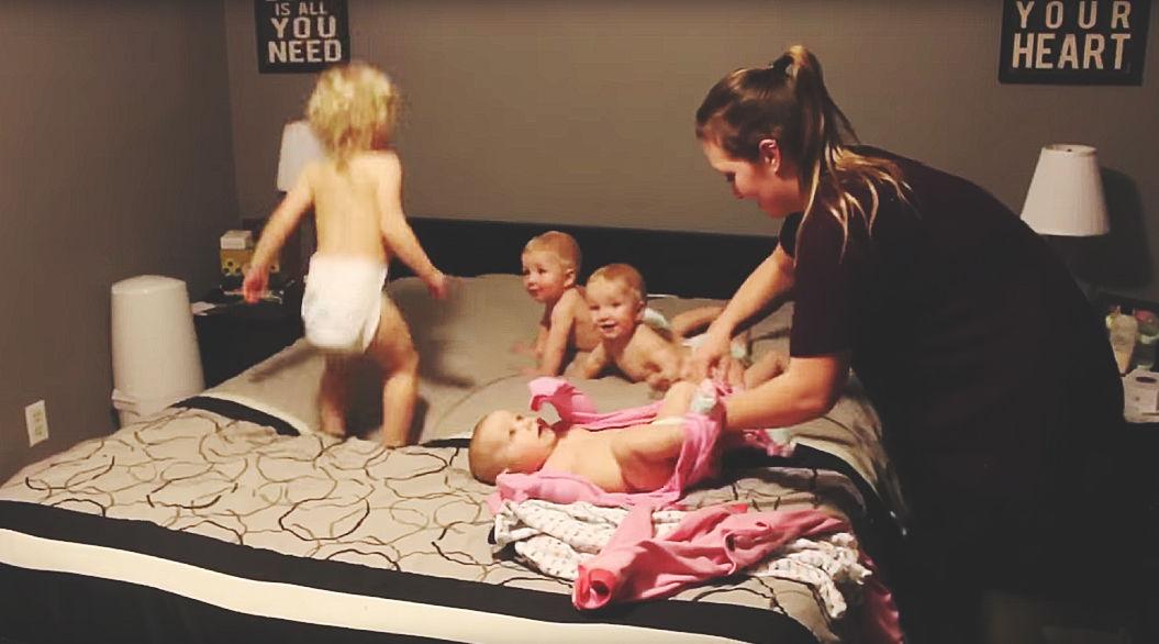 8ヶ月の3つ子と2歳児。4人の子どものお着替えはこんなにも大変・・・