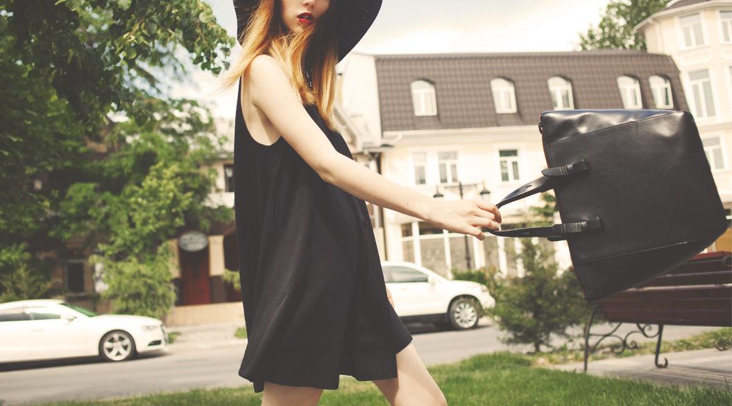 「黒い服」が大好きな女性の特徴【11選】