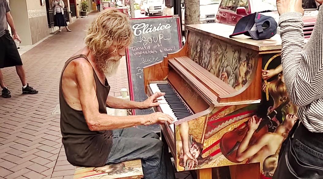 「370万円の音色」を奏でる、51歳のホームレスに感動の声【路上のピアニスト】
