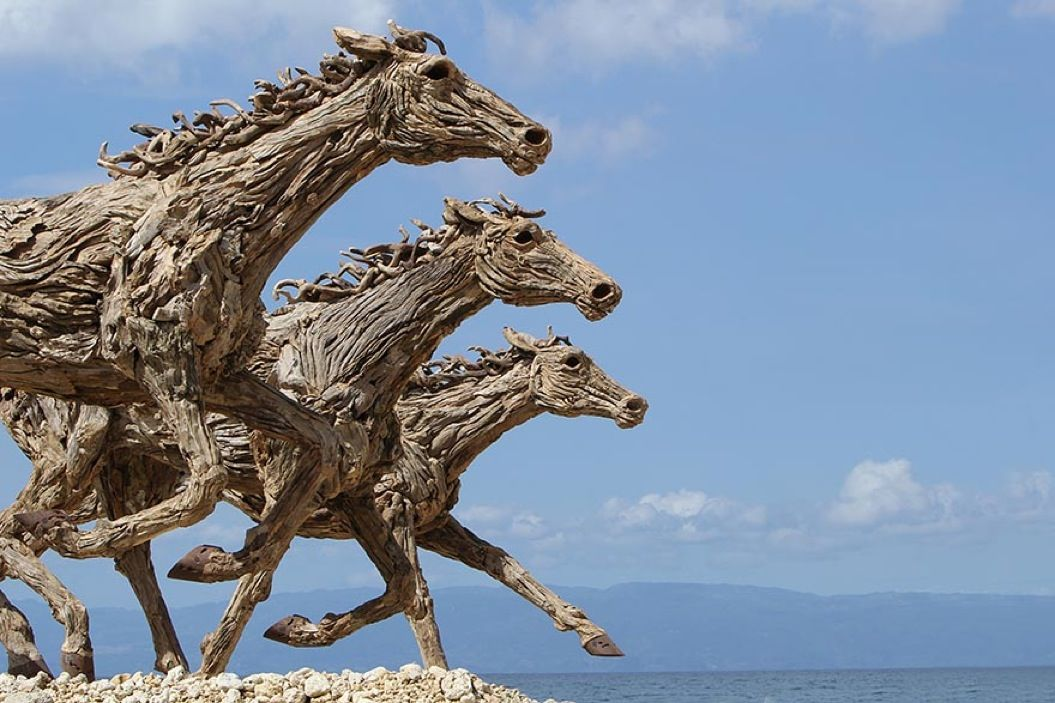 85singo_driftwood-horse-sculptures-jame-doran-webb-2
