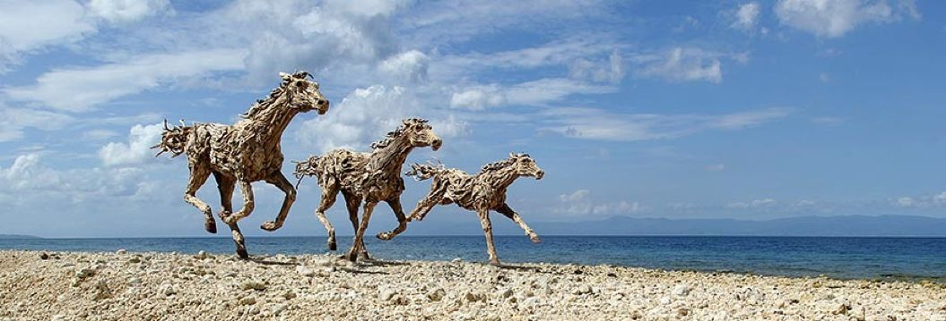 85singo_galloping-driftwood-horse-sculptures-jame-doran-webb-10