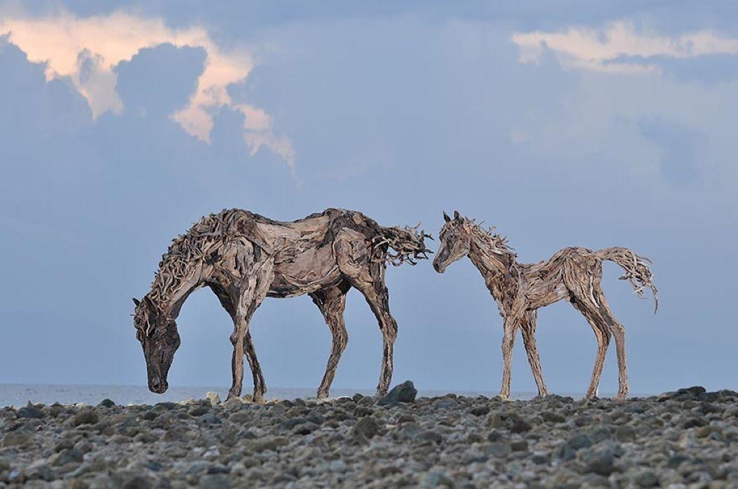85singo_galloping-driftwood-horse-sculptures-jame-doran-webb-5
