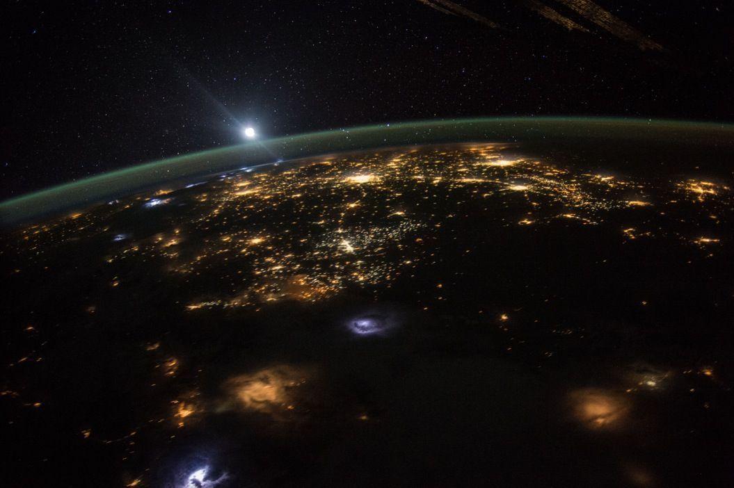 宇宙から撮影した「日の出」の瞬間