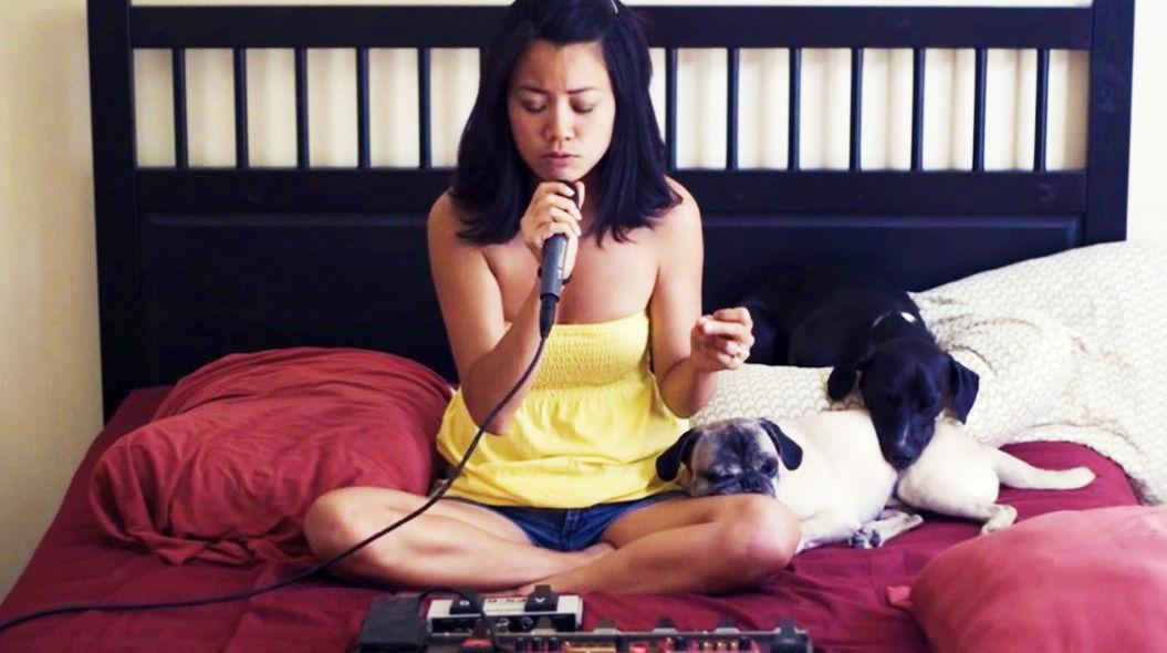 【ベッドルームの天才】たった一人でマイケル・ジャクソンの有名曲を再現する女性がすごい!