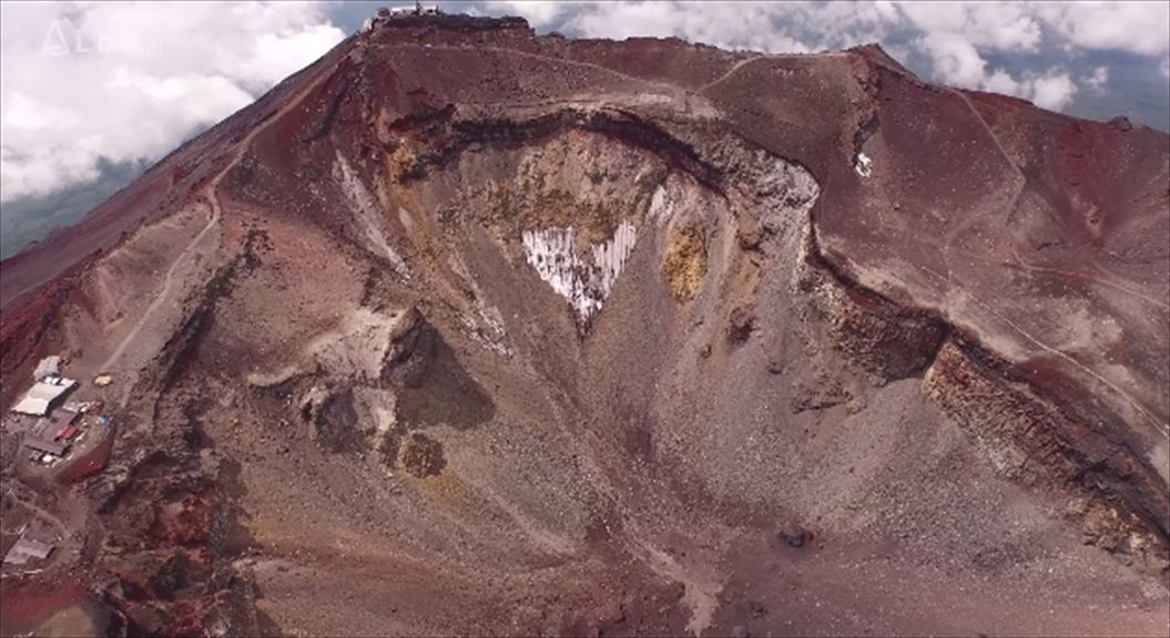 FireShot Capture 559 - Aerial view of Mt. Fuji crater _ 絶景 富士山頂空撮 -_ - https___www.youtube.com_watch9_R