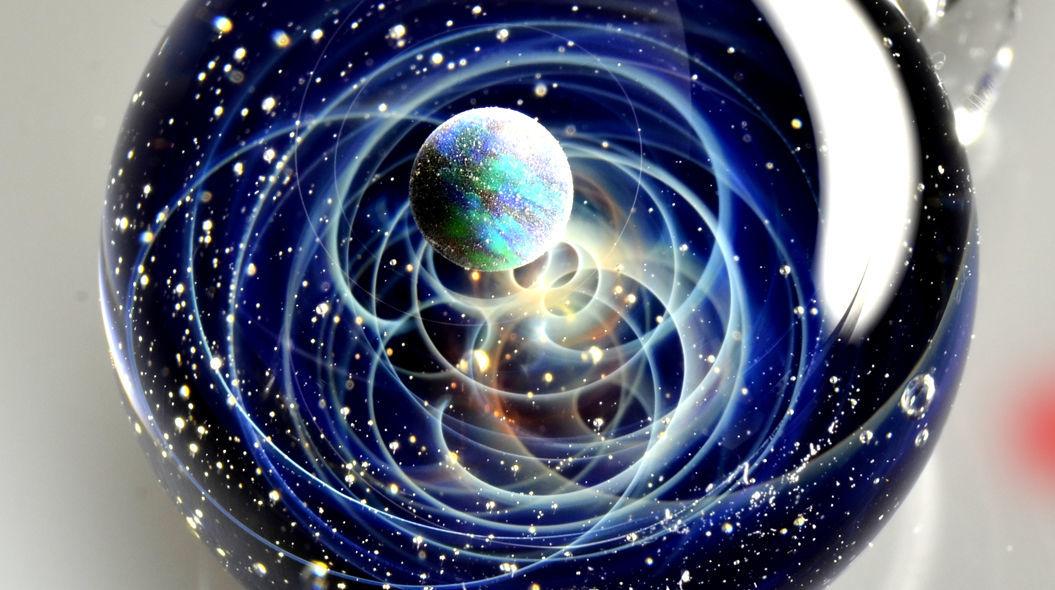 球体に「宇宙」を閉じ込めたガラスのペンダントが美しい・・・