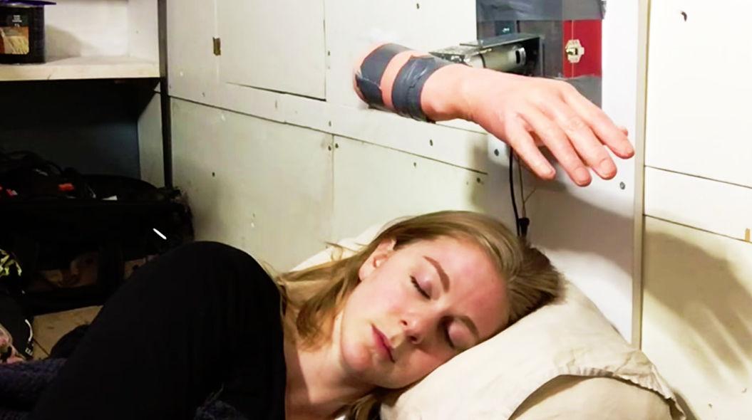 「強烈ビンタ」で起こしてくれる目覚まし時計!これは欲しい!?