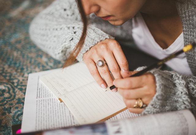 kaboompics.com_Woman's hand holding a pencil copy